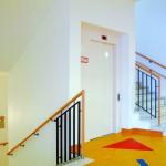 Massivholzhandlauf im Treppenhaus. Kinderklinik Oldenburg