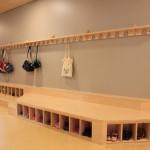 Garderobenanlage mit Schuhregal und Sitzfläche. Grundschule Am Weidedamm Bremen