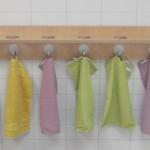 Handtuchhalter mit Einlass für Zahnputzbecher.